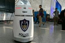 国内首台智能安保机器人上岗 配带电防暴叉