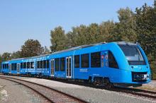 用电池跑的火车你见过吗,用完还能给遥控器用?